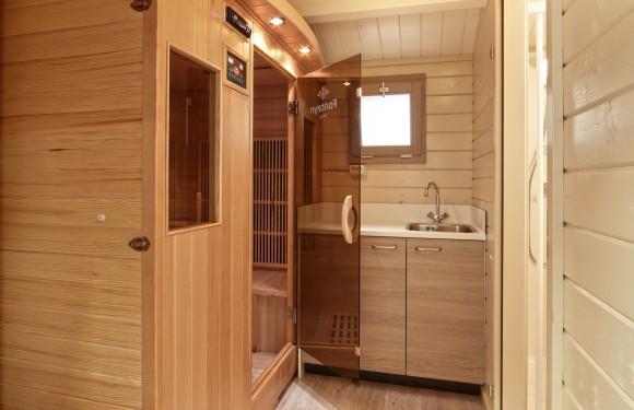 Kampeerplaats met privé sanitair met infraroodsauna