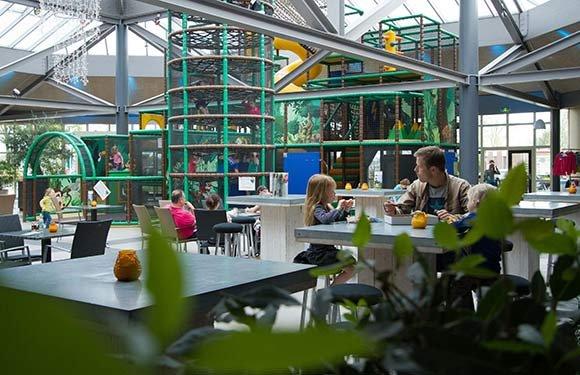 Indoor speeltoestel op de leistert ideaal voor met kids dankzij het aangrenzende terras - Zwembad toren ...